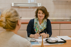 Hebamme Ursula Flagmeier bei der Schwangerenvorsorge in ihrer Praxis in Hemmingen, Kreis Ludwigsburg