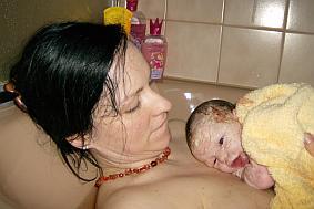 Nach der Hausgeburt: Mutter mit Baby